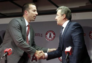 Longtime Yankees executive Billy Eppler, left, is greeted by Los Angeles Angels owner Arte Moreno during a news conference announcing Eppler as the new general manager for the Angels in Anaheim, Calif. on Monday, Oct. 5, 2015. The 40-year-old Eppler replaces interim GM Bill Stoneman, who took over after Jerry Dipoto quit his job at midseason following his latest disagreement with Scioscia, the longest-serving manager in baseball.  (AP Photo/Nick Ut)