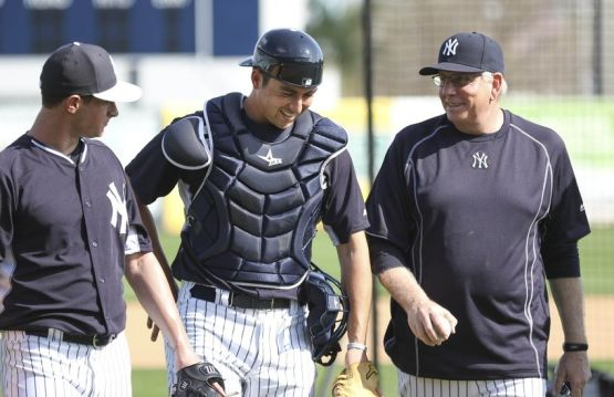 larry-rothschild-nick-rumbelow-kyle-higashioka-mlb-new-york-yankees-workout-850x551